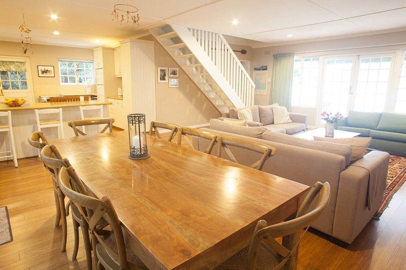 Tr / Adv imagen plano abierto de comedor, salón y cocina