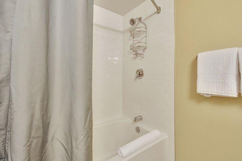 Ducha y bañera de huéspedes, champú y champú orgánico de cortesía proporcionados