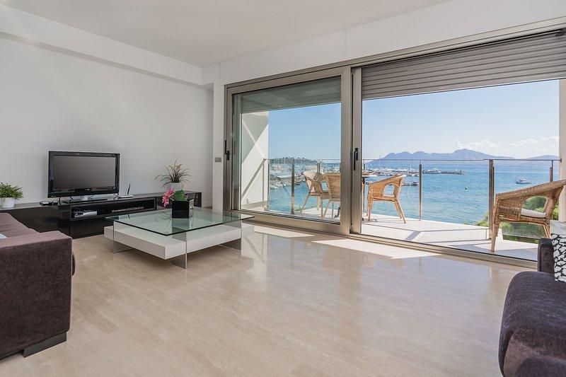 Beach front penthouse with superb sea views, alquiler de vacaciones en Port de Pollença