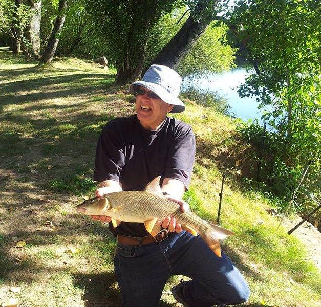 pesca no local de ao anoitecer no meio quilómetro da nossa frente para o rio. CatchCarp, barbo, black bass