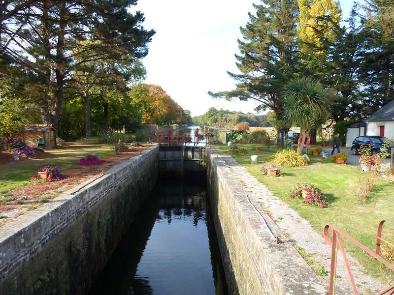 The nearby Brest to Nantes canal is perfect for strolling, fishing or cycling.