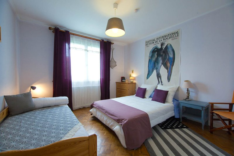 Bedroom 2: the pink bedroom. Double bed and additionnal single bed. Walk in closet.