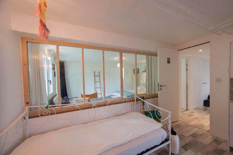 Bedroom 4: Children's corner, with window on parents' room.
