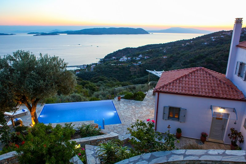 State-of-the-Art Villa has Infinity Pool, Jacuzzi, Comfort Cooling, Sunset View, casa vacanza a Loutraki