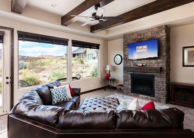 Sala de estar com TV, acesso ao pátio