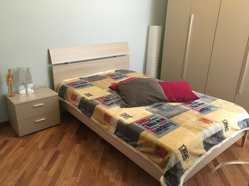 Bedroom with queen size bed 1/2