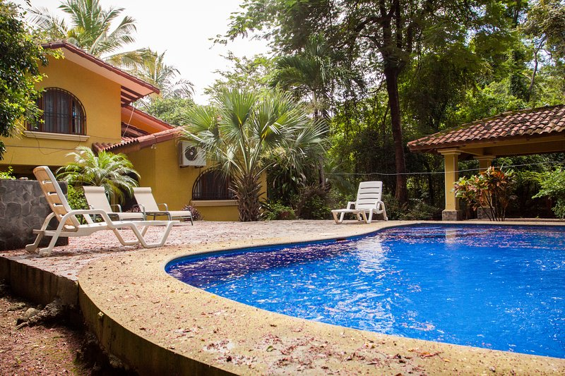Casa Amarilla is a charming 3 bedroom, 2 bath home, aluguéis de temporada em Playa Grande