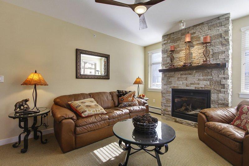 Vista de la sala de estar, la chimenea de gas y el sofá cama Queen