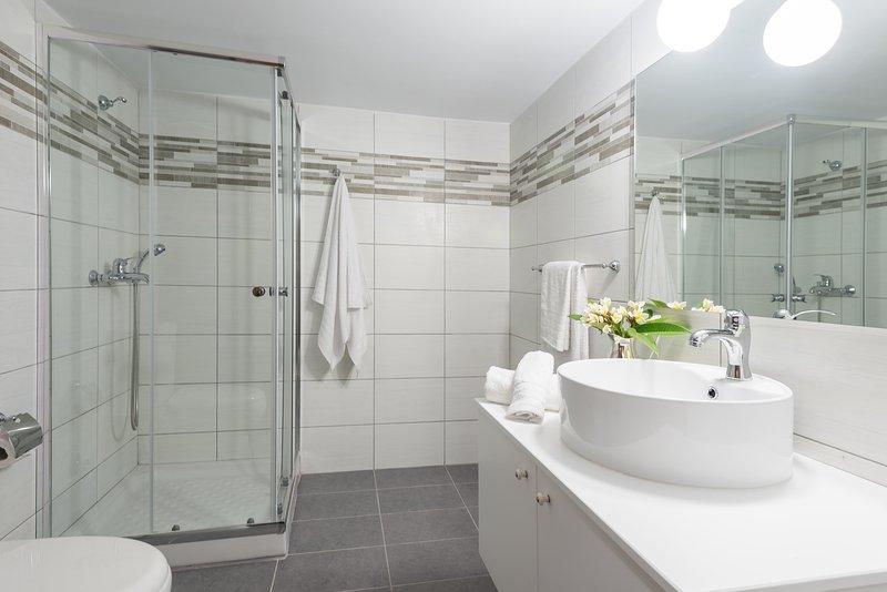 salle de bain commune spacieuse