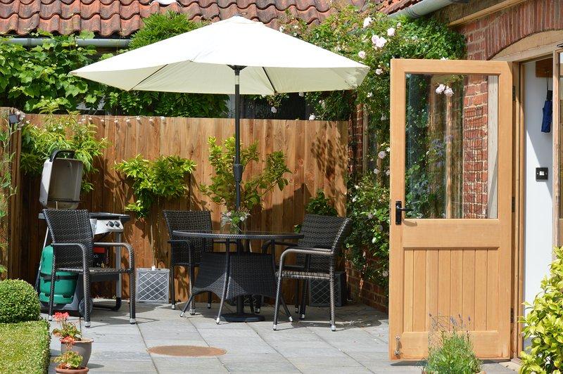 Terrasse privée pour profiter du soleil et vue sur les jardins et les champs