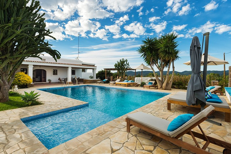 Enchanting villa with private pool and jacuzzi