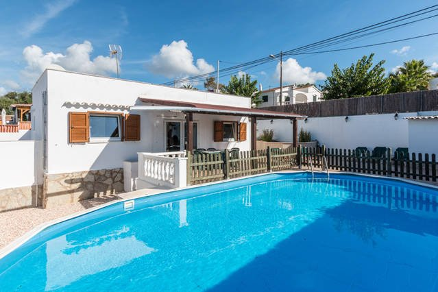 Nice pool view house for the family with children in Calan Porter, 3 mins walk to center