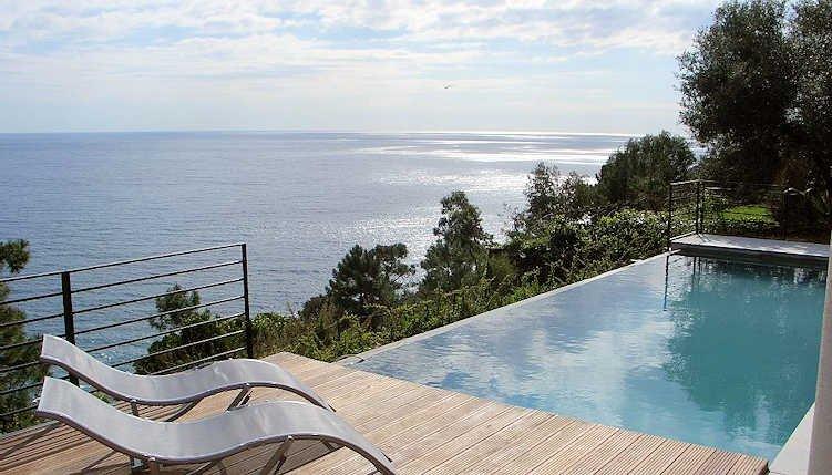 piscina de borda infinita com vista para o mar
