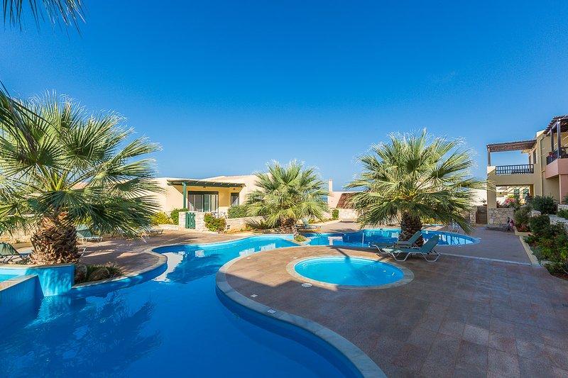 O complexo tem uma piscina única em forma, partilhada!