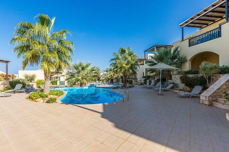 L'area piscina è attrezzata con lettini, ombrelloni e una doccia esterna!