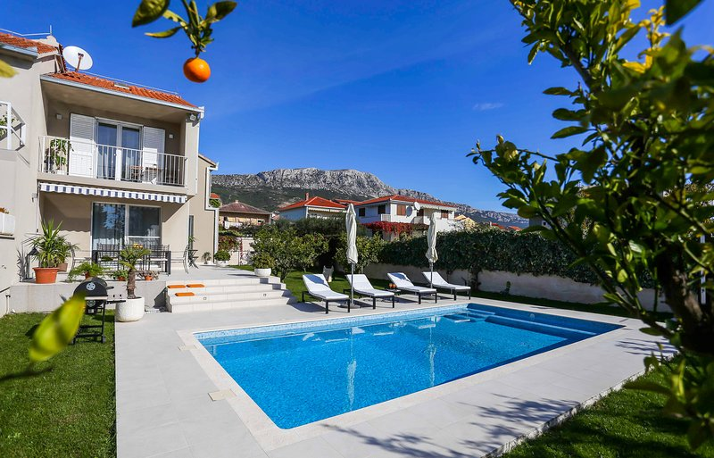 Villa Elysium - Beautiful House with heated swimming pool near the sea, holiday rental in Kastela