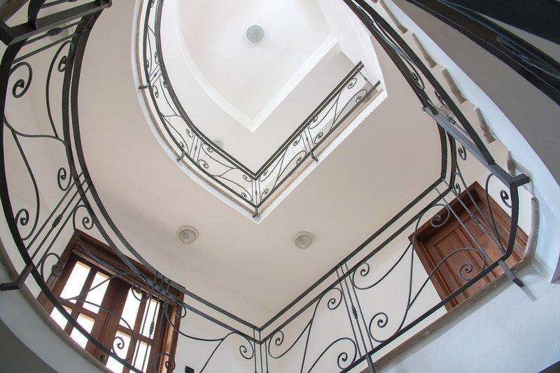 Escalier en marbre et fer forgé Voir la tranche inférieure