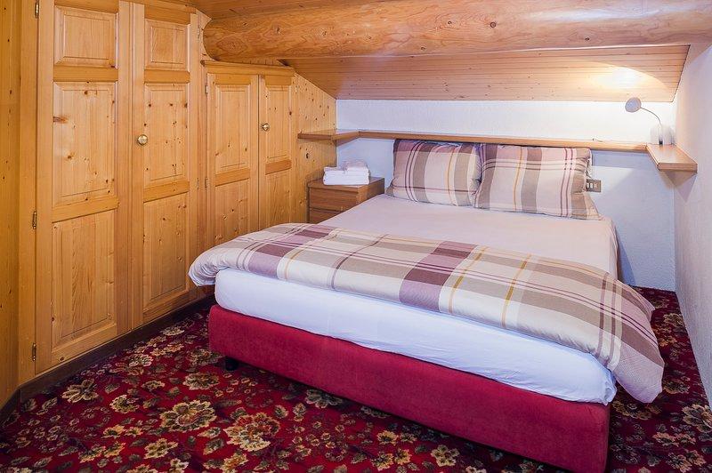 Chambre à coucher, de style alpin lit double avec des oreillers en plumes et duvet doux et chaud