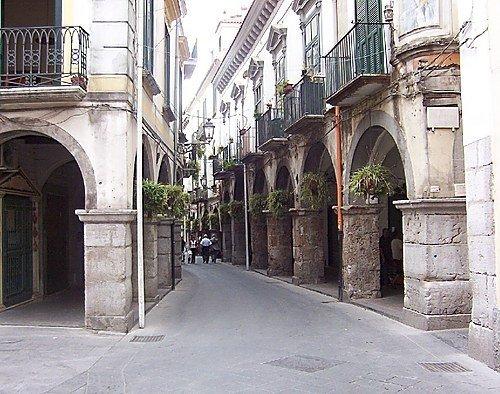 medeltida arkader i Scacciaventi staden, shoppinggatan