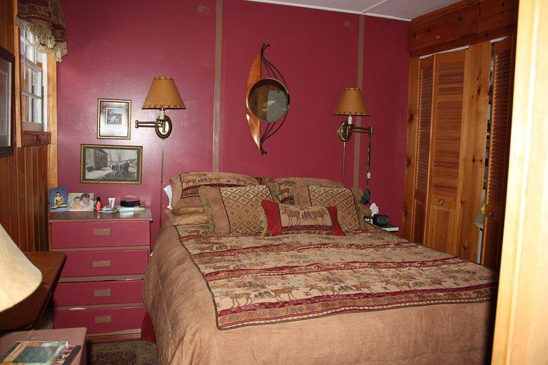 Mestre quarto com cama queen size e banheiro em anexo completo