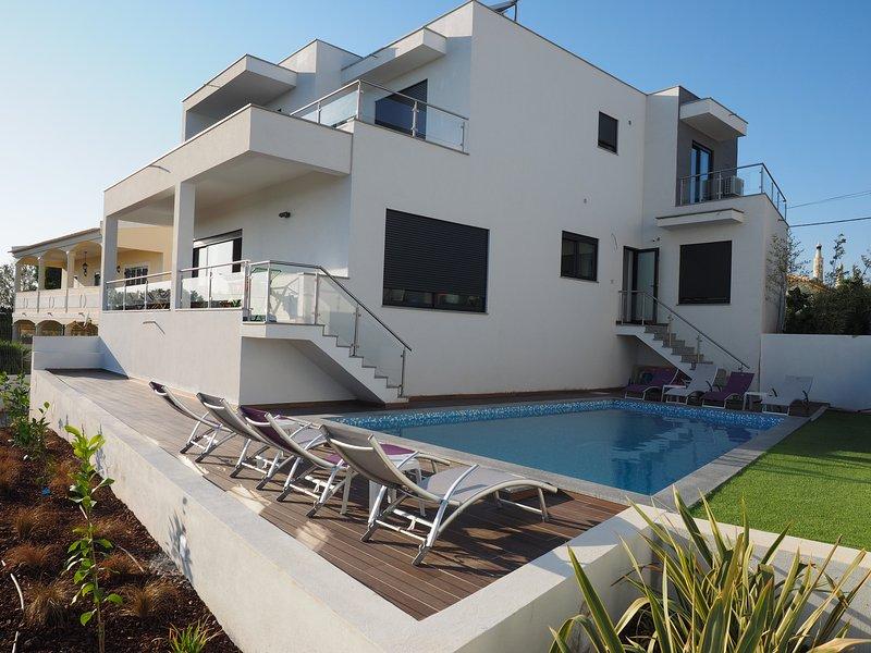 Villa celestine avec piscine privée, aluguéis de temporada em Mexilhoeira Grande