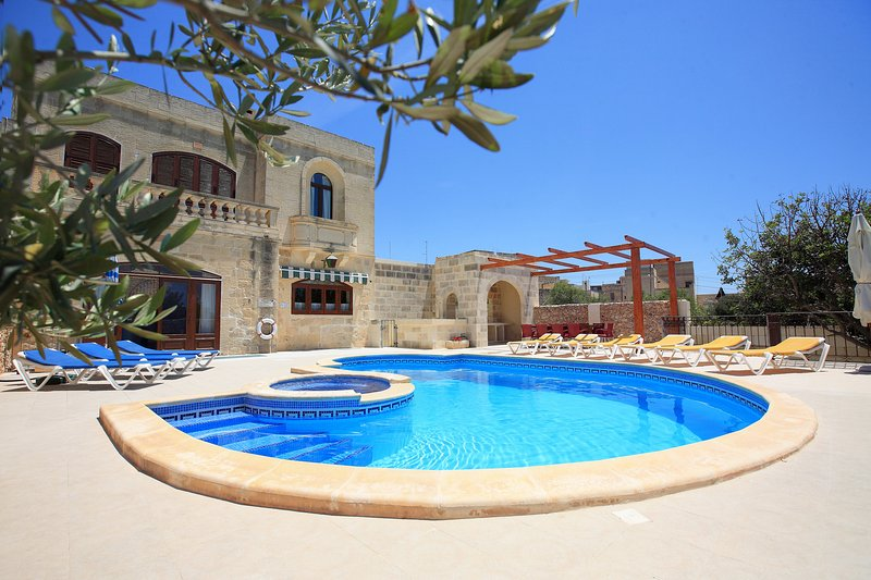 Ta' Menzja, central villa, fully air-conditioned, vacation rental in Xaghra