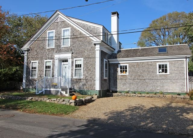 WONDERFUL 1900 SEA CAPTAINS HOUSE JUST A SHORT WALK TO EDGARTOWN, holiday rental in Edgartown