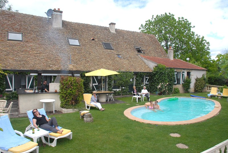 GRANDE VILLA. 17 couchages, 5 etoiles. Piscine., holiday rental in Seurre