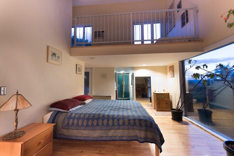 El dormitorio principal con espacio loft con dos camas individuales