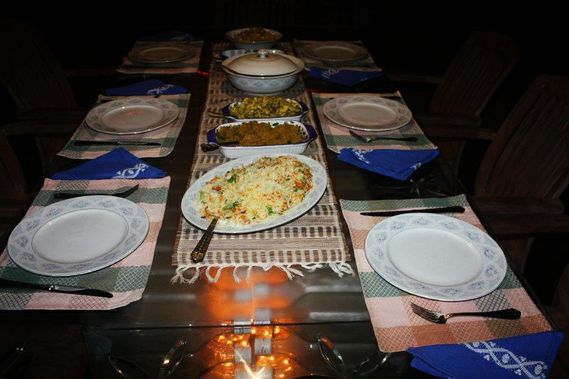 Ajuste do jantar na mesa de jantar fora