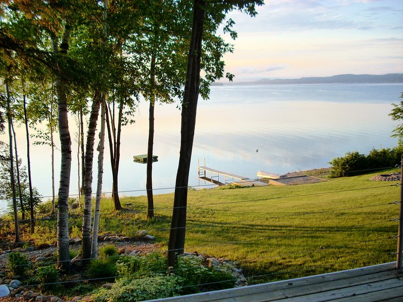 Lakefront Home w/ Spectacular Views of Lake Charlevoix, alquiler de vacaciones en East Jordan
