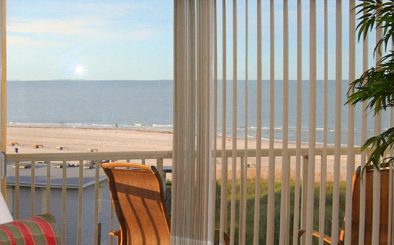 View From Inside Condo Couch Area - Top Floor Gulf View et plages expansives.