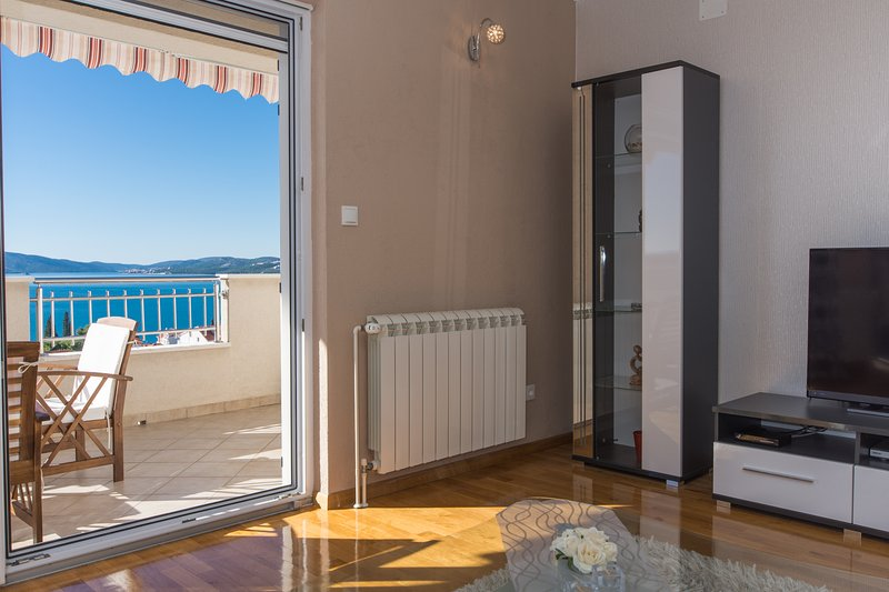 Holiday apartment close to beach ☀️, vacation rental in Okrug Gornji
