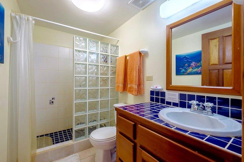 Bad med glas kaklat dusch
