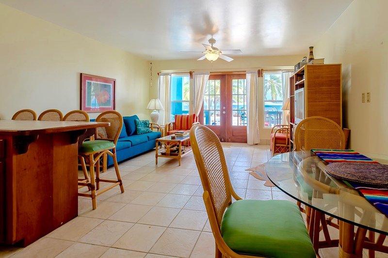 Vardagsrum med dubbeldörrar ända ut till verandan (och pool!