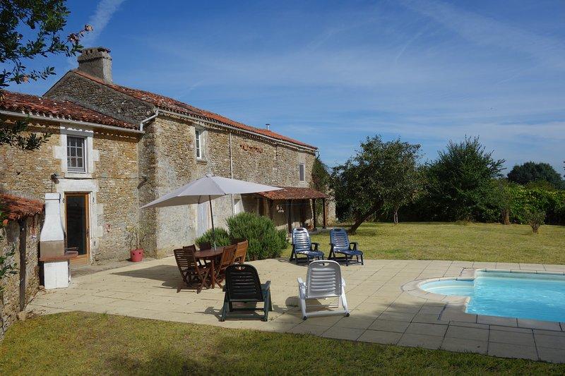Volver zona de jardín - piscina, patio, tumbonas, barbacoa, mesa y sillas y una amplia zona de césped.