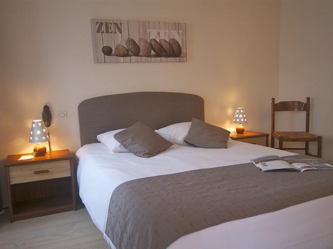 Schlafzimmer mit 140 cm-Bett, Schreibtisch und Kleiderschrank