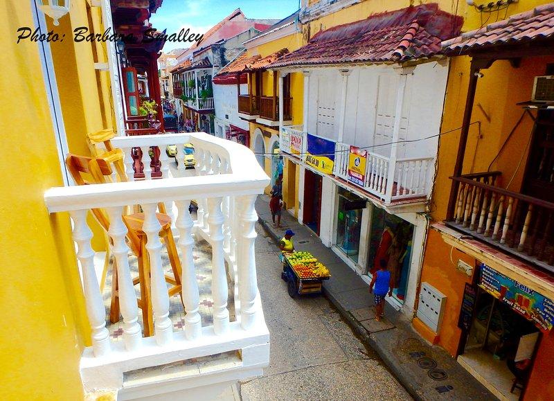 Woonkamer balkon kijkt uit kleurrijke Calle de la Moneda!