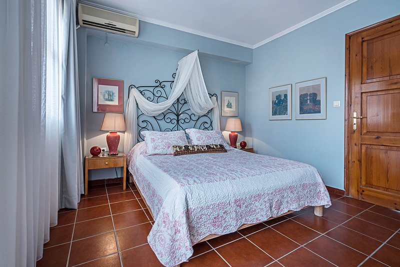 Calergi 8 - Self checkin - Private outdoors space - Wi-Fi 90 Mbps - Roofterrace, vacation rental in Kato Valsamonero