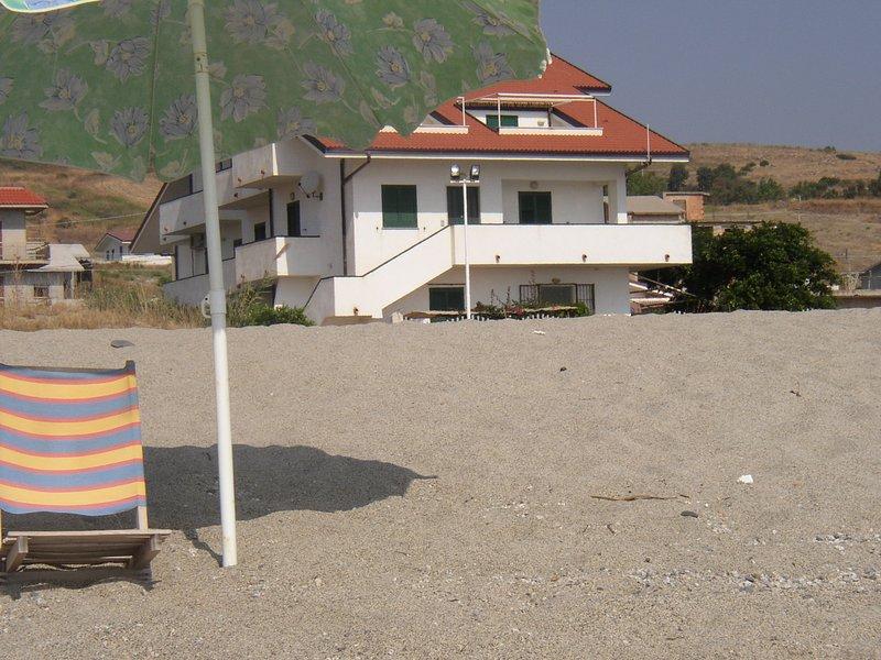 Grande appartamento al mare con accesso diretto alla spiaggia, alquiler vacacional en Bova Marina