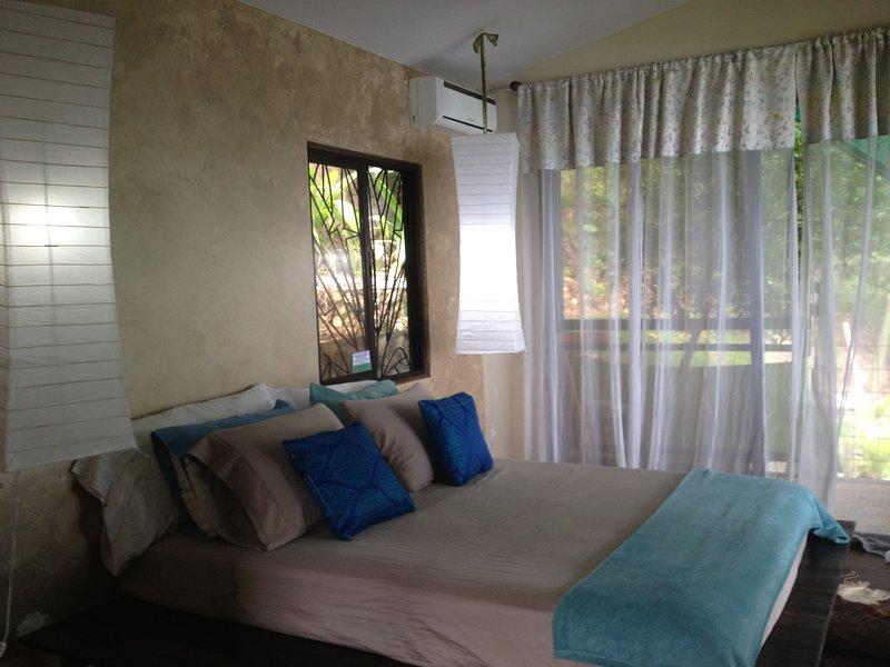 romántico dormitorio, cama de matrimonio, a / c, tv con películas, y puntos de vista para siempre.