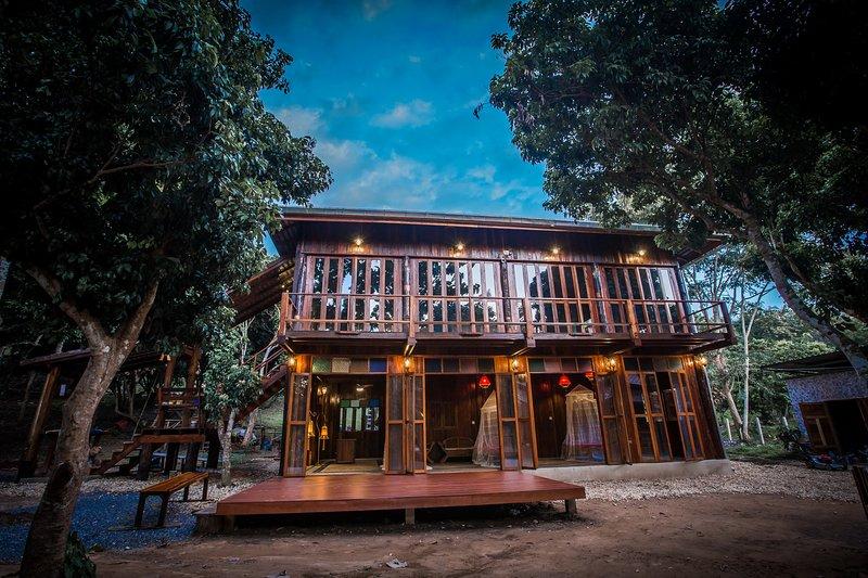 "a casa de teca ""madeira velha"" construída nova"