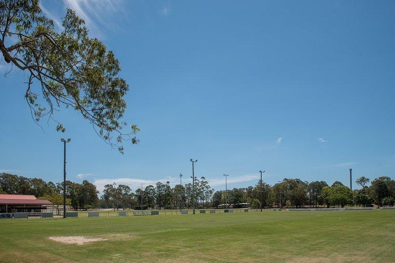 Accanto alla villa sono; campi da calcio, skate park, campi da basket, parco giochi.