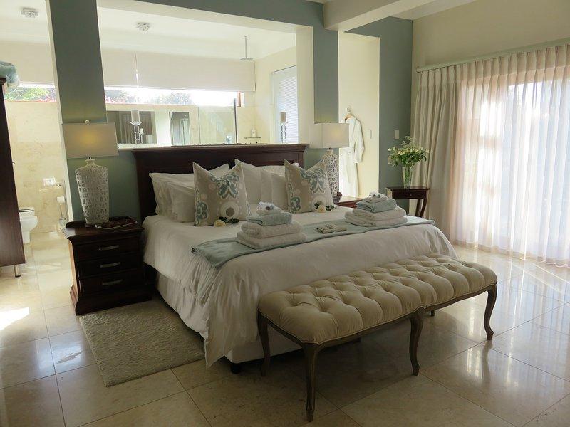 Island Way Villa - Presidential Suite, vacation rental in Clarendon Marine