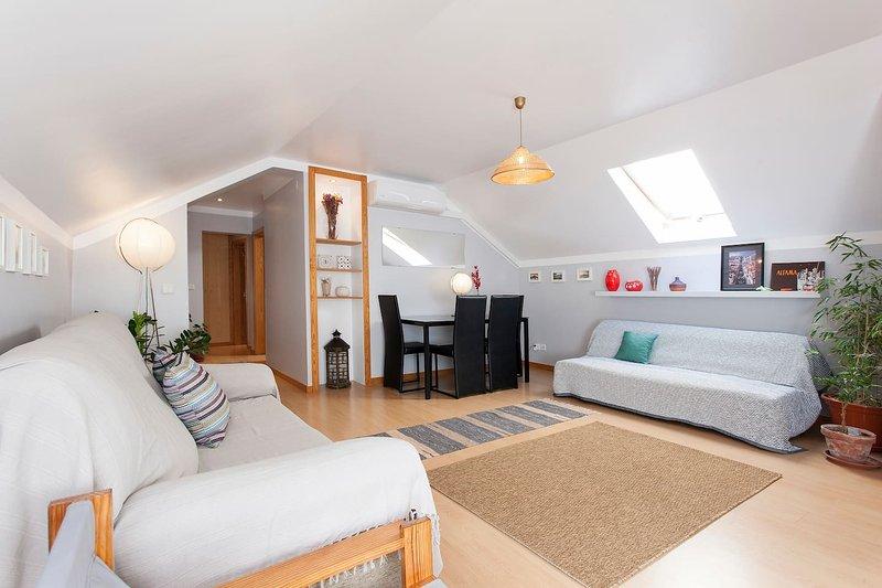 Bright & spacious 3 bedroom apartment near Alfama and Graça w/ portable wi-fi, holiday rental in Montijo