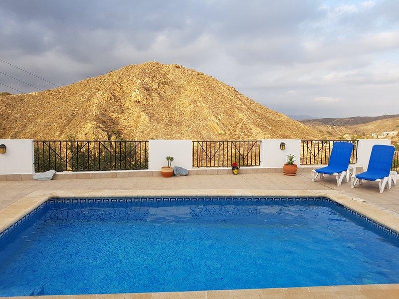 visión alternativa de gran terraza y piscina privada climatizada.