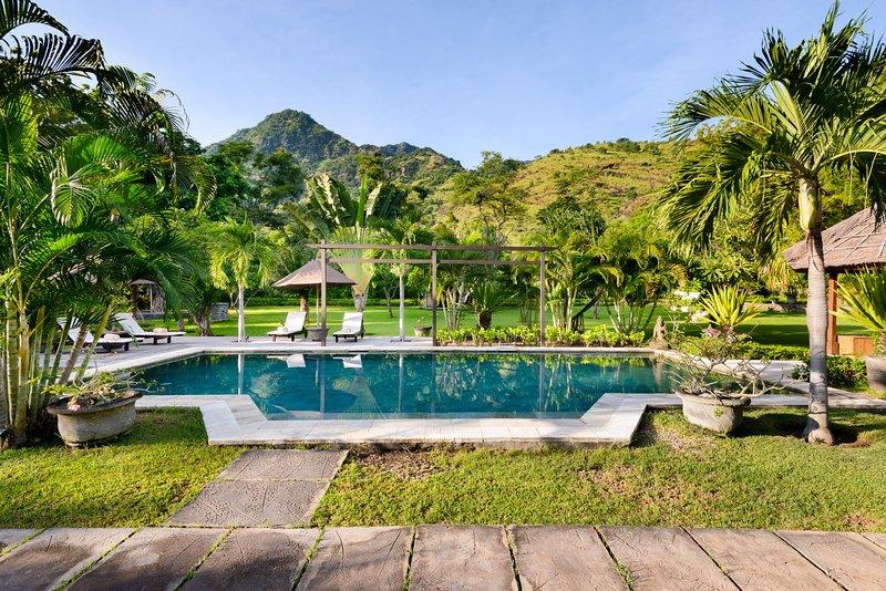 swimmingpool di fronte alla villa