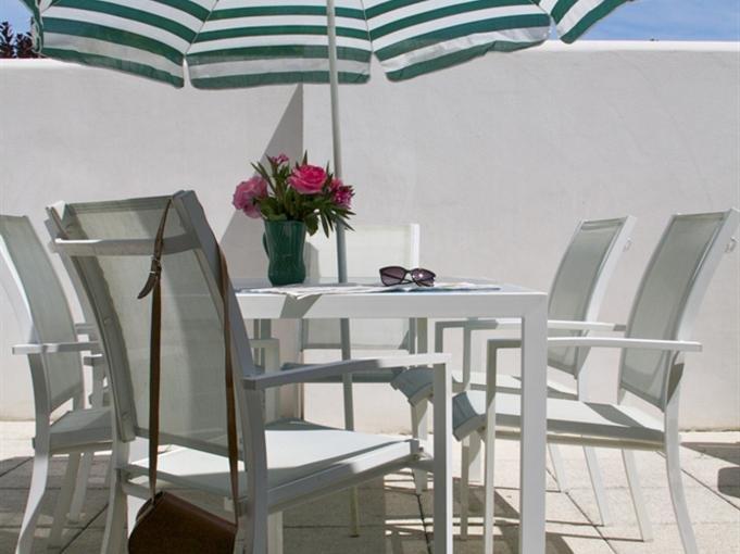 terraço privativo com espreguiçadeiras e mobiliário de jardim