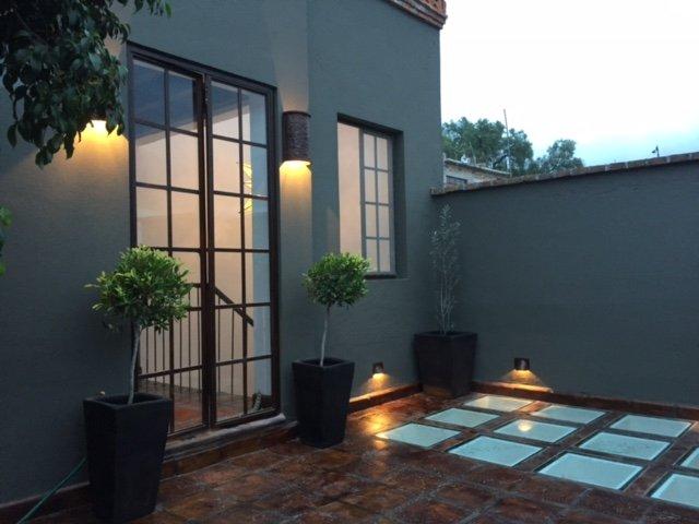 Las luces del cielo templado de vidrio en la terraza de la Casa Cho Co Latte proporcionan mucha luz a continuación.