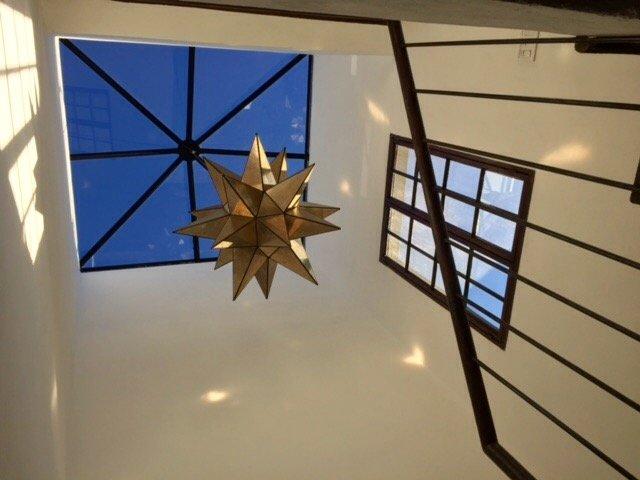 Nos encanta la cúpula de cristal en la escalera de la Casa Cho Co Latte.